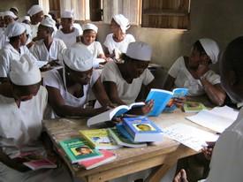 Les élèves infirmières du Congo utilisent les publications du Centre