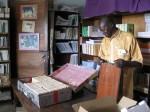 Clément Nzungu Mavinga (1949-2015) prépare une bibliothèque pour une école d'infirmières